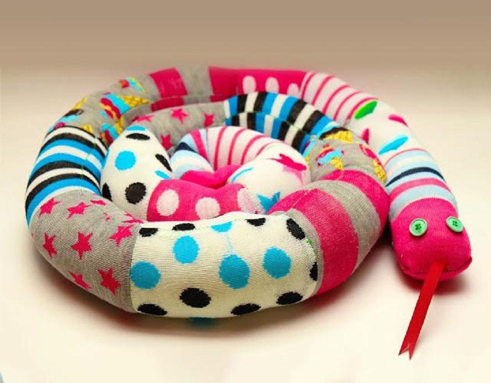 çoraptan Yılan şeklinde Dekoratif Yastık Yapımı Eğlen Bizle