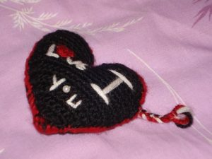 Siyah Kırmızı Kalpli Örgü Anahtarlık