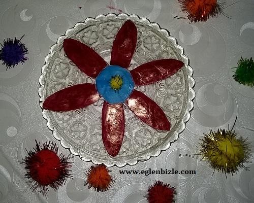 Deterjan Kabından Çiçek ile Cam Tabak Süslemesi