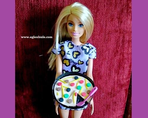 Barbie Bebek için Pizza Yapımı